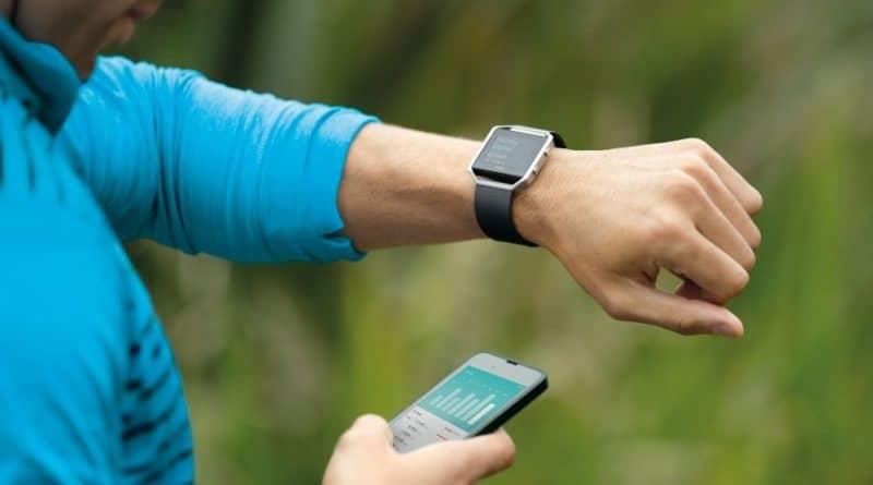 Fitbit beats low expectations, denies smartwatch production problems