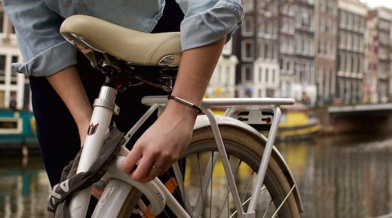 invi bracelet emits a stink to repel attackers 4 800x445 - Invi bracelet emits a stink to repel attackers