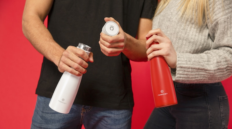 LIZ: a smart bottle with UV sterilization & hydration reminders.
